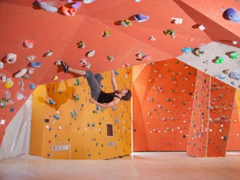 Kletterhalle mit Kletterer im JUFA Hotel Fuerstenfeld Sport-Resort. Der Ort für erfolgreiches Training in ungezwungener Atmosphäre für Vereine und Teams.