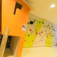 Spielbereich mit Kletterwand im JUFA Hotel Almtal. Der Ort für erholsamen Familienurlaub und einen unvergesslichen Winter- und Wanderurlaub.