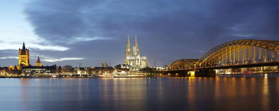 Panorama von Köln mit Rhein, Kölner Dom und Hohenzollernbrücke am Abend. JUFA Hotels bietet kinderfreundlichen und erlebnisreichen Urlaub für die ganze Familie.