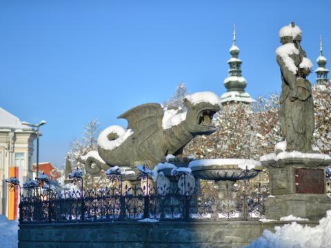 Lindwurm mit Schneehaube in Klagenfurt im Winter. JUFA Hotels bietet erholsamen Familienurlaub und einen unvergesslichen Winterurlaub.