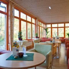 Gemütlicher Lobbybereich im JUFA Hotel Waldviertel. Der Ort für erholsamen Familienurlaub und einen unvergesslichen Winter- und Wanderurlaub.
