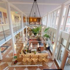 Lobby mit Blick auf Hotelbar im JUFA Kempten Familien-Resort. Der Ort für kinderfreundlichen und erlebnisreichen Urlaub für die ganze Familie.