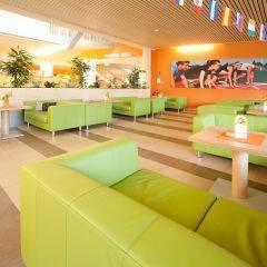 Gemütlicher Lobbybereich mit Sofas im JUFA Hotel Leibnitz Sport-Resort. Der Ort für erfolgreiches Training in ungezwungener Atmosphäre für Vereine und Teams.