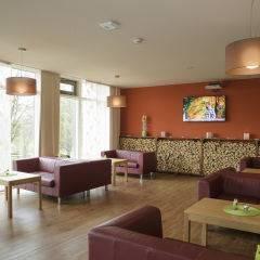 Gemütlicher Lobbybereich im JUFA Hotel Wangen Sport-Resort mit TV. Der Ort für erfolgreiches Training in ungezwungener Atmosphäre für Vereine und Teams.