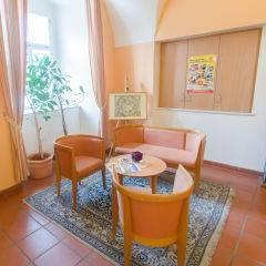 Lobby mit Sitzgelegenheit im JUFA Judenburg Hotel zum Sternenturm. Der Ort für erfolgreiche und kreative Seminare in abwechslungsreichen Regionen.