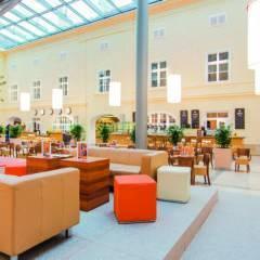 Lobbybereich zum Entspannen im JUFA Hotel Wien City. Der Ort für erlebnisreichen Städtetrip für die ganze Familie und der ideale Platz für Ihr Seminar.