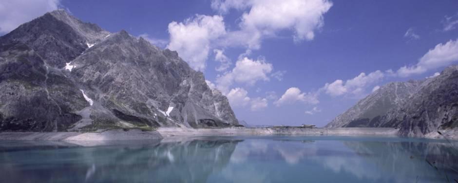 Luenersee in Vorarlberg im Sommer. JUFA Hotels bietet erholsamen Familienurlaub und einen unvergesslichen Winter- und Wanderurlaub.