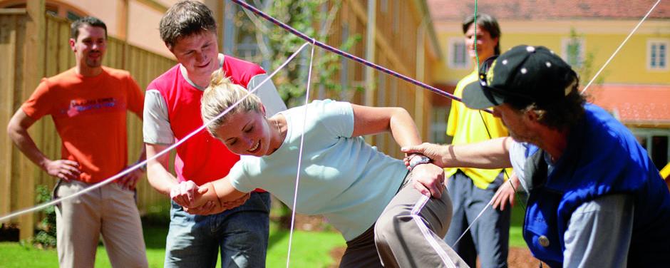 Erwachsene beim Teambuilding im Freien. JUFA Hotels bietet starkes und kreatives Teambuildung in abwechslungsreichen Regionen.