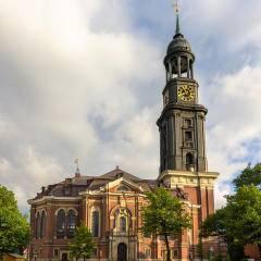 Sie sehen die Hauptkirche Sankt Michaelis in Hamburg von vorne. JUFA Hotels bietet erlebnisreichen Städtetrip für die ganze Familie und den idealen Platz für Ihr Seminar.