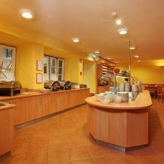 Buffetbereich mit reichhaltigem Frühstücks-, Mittags- und Abendessen im JUFA Hotel Murau. Der Ort für erholsamen Familienurlaub und einen unvergesslichen Winter- und Wanderurlaub.