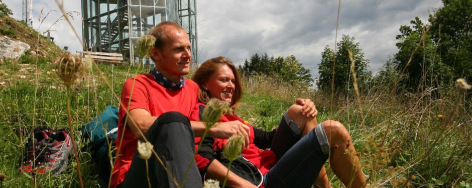 Paar vor Panoramaturm Wurbauerkogel im Nationalpark in Oberösterreich