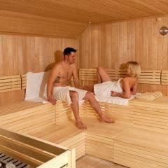 Paar in der Sauna im Wellnessbereich im JUFA Hotel Almtal. Der Ort für erholsamen Familienurlaub und einen unvergesslichen Winter- und Wanderurlaub.