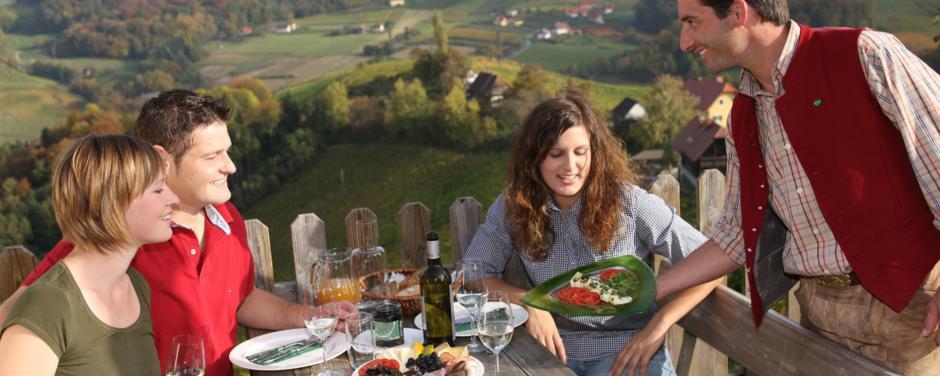 Paare beim gemeinsamen Essen im Freien.JUFA Hotels bietet Ihnen den Ort für erlebnisreichen Natururlaub für die ganze Familie.