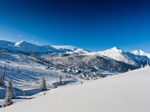 Winterlandschaft mit vielen Winterspazierwegen auf der Planneralm. Der Ort für erholsamen Familienurlaub und einen unvergesslichen Winterurlaub.