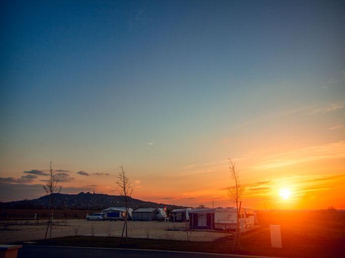 Platzansicht mit Sonnenuntergang vom JUFA Vulkan Thermen-Camping. Der Ort für erholsamen Thermen- und entspannten Wellnessurlaub für die ganze Familie.