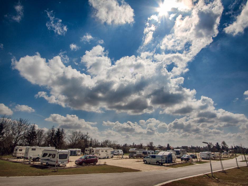 Platzansicht mit stimmungsvollem Wolkenbild vom JUFA Vulkan Thermen-Camping. Der Ort für erholsamen Thermen- und entspannten Wellnessurlaub für die ganze Familie.