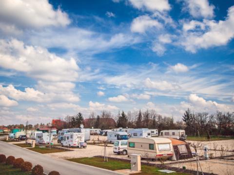 Platzansicht mit Wohnwagen vom JUFA Vulkan Thermen-Camping. Der Ort für erholsamen Thermen- und entspannten Wellnessurlaub für die ganze Familie.