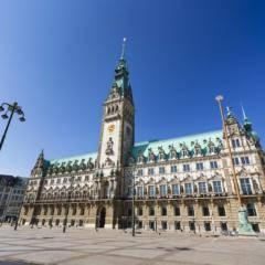 Sie sehen das Rathaus und den Rathausmarkt in Hamburg von vorne. JUFA Hotels bietet erlebnisreichen Städtetrip für die ganze Familie und den idealen Platz für Ihr Seminar.