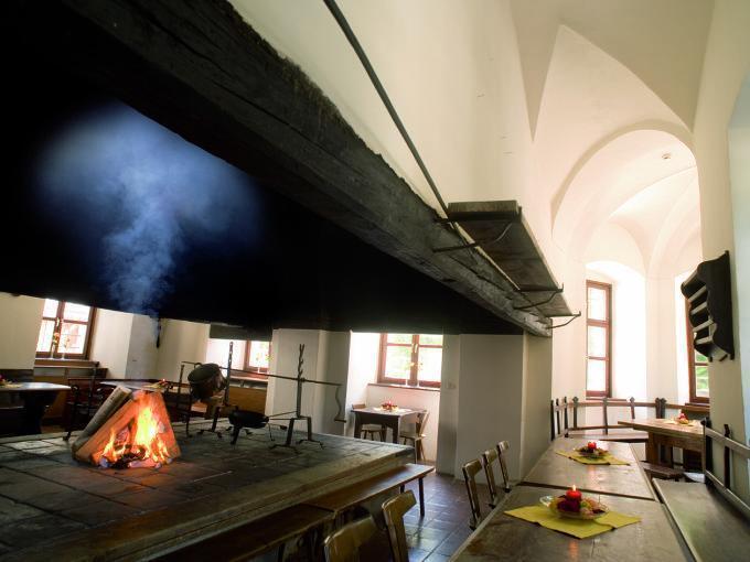 Rauchkuchl mit Feuer im JUFA Hotel Schloss Röthelstein. Der Ort für märchenhafte Hochzeiten und erfolgreiche und kreative Seminare.