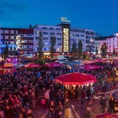 Fest auf der Reeperbahn in Hamburg. Der Ort für erholsamen Familienurlaub und Städtetrips.