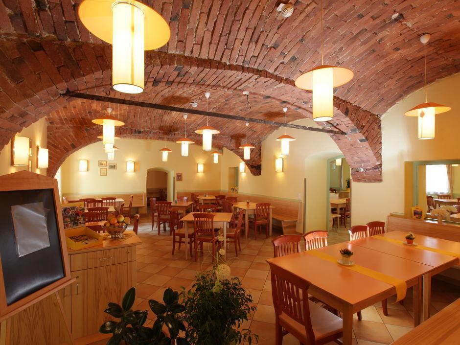 Gemütliches Restaurant im Gewölbe im JUFA Hotel Oberwölz. Der Ort für erholsamen Familienurlaub und einen unvergesslichen Winter- und Wanderurlaub.