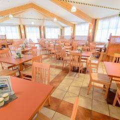 Gemütliches Restaurant mit Fensterfront im JUFA Hotel Altaussee. Der Ort für erholsamen Familienurlaub und einen unvergesslichen Winter- und Wanderurlaub.