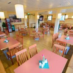 Gemütliches Restaurant mit Sitzbank im JUFA Hotel Bad Aussee. Der Ort für erholsamen Familienurlaub und einen unvergesslichen Winter- und Wanderurlaub.