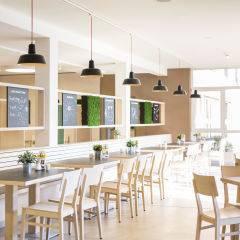 Restaurant mit Fenster im JUFA Hotel Graz City. Der Ort für erlebnisreichen Städtetrip für die ganze Familie und der ideale Platz für Ihr Seminar.