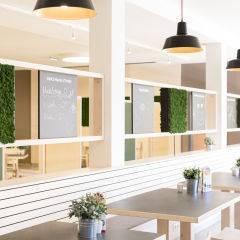 Restaurant mit Sitzbank im JUFA Hotel Graz City. Der Ort für erlebnisreichen Städtetrip für die ganze Familie und der ideale Platz für Ihr Seminar.