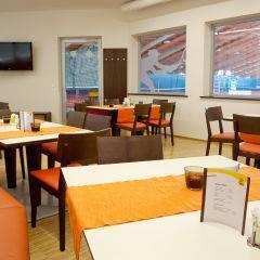 Gemütliches Restaurant mit Blick in die Tennishalle im JUFA Hotel Leibnitz - Sport-Resort. Der Ort für erfolgreiches Training in ungezwungener Atmosphäre für Vereine und Teams.