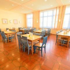 Restaurant mit Frensterfront im JUFA Hotel Lungau. Der Ort für erholsamen Familienurlaub und einen unvergesslichen Winter- und Wanderurlaub.