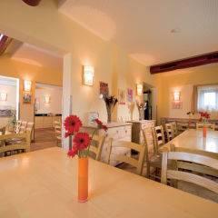 Gemütliches Restaurant mit Tischdeko im JUFA Hotel Maria Lankowitz. Der Ort für tollen Sommerurlaub an schönen Seen für die ganze Familie.