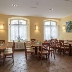 Restaurant mit Fenster im JUFA Hotel Meersburg. Der Ort für tollen Sommerurlaub an schönen Seen für die ganze Familie.