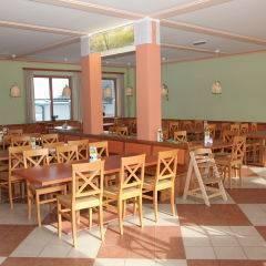 Gemütliches Restaurant mit Fenster im JUFA Hotel Nockberge Almerlebnis. Der Ort für erholsamen Familienurlaub und einen unvergesslichen Winter- und Wanderurlaub.