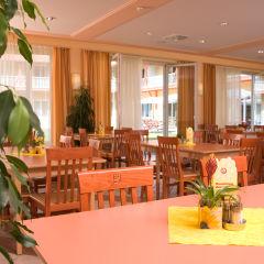 Gemütliches Restaurant mit Terrassenblick im JUFA Hotel Nördlingen. Der Ort für kinderfreundlichen und erlebnisreichen Urlaub für die ganze Familie.