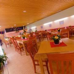 Restaurant mit Tischdeko im JUFA Hotel Wipptal. Der Ort für erholsamen Familienurlaub und einen unvergesslichen Winter- und Wanderurlaub.