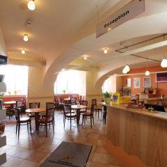 Rezeption und Hotelbar mit Cafe im JUFA Hotel Oberwölz. Der Ort für erholsamen Familienurlaub und einen unvergesslichen Winter- und Wanderurlaub.