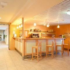 Rezeption und Hotelbar im JUFA Hotel Bad Aussee. Der Ort für erholsamen Familienurlaub und einen unvergesslichen Winter- und Wanderurlaub.