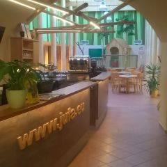 Rezeption mit Blick auf Spielbereich im JUFA Hotel Murau. Der Ort für erholsamen Familienurlaub und einen unvergesslichen Winter- und Wanderurlaub.