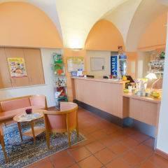 Rezeption im JUFA Judenburg Hotel zum Sternenturm. Der Ort für erfolgreiche und kreative Seminare in abwechslungsreichen Regionen.