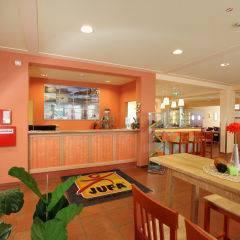 Rezeption und Lobby im JUFA Hotel Lungau. Der Ort für erholsamen Familienurlaub und einen unvergesslichen Winter- und Wanderurlaub.