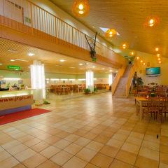 Rezeption und Lobby im JUFA Hotel Wipptal. Der Ort für erholsamen Familienurlaub und einen unvergesslichen Winter- und Wanderurlaub.