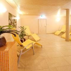 Ruheraum mit Liegestühlen im Wellnessbereich im JUFA Hotel Bleiburg - Sport-Resort. Der Ort für erholsamen Familienurlaub und einen unvergesslichen Winter- und Wanderurlaub.