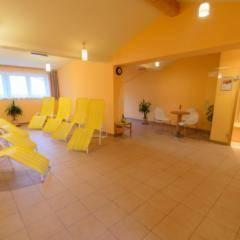 Ruheraum mit Liegestühlen im Wellnessbereich im JUFA Hotel Bad Aussee. Der Ort für erholsamen Familienurlaub und einen unvergesslichen Winter- und Wanderurlaub.