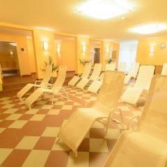 Ruheraum mit Liegestühlen im Wellnessbereich im JUFA Hotel Lungau. Der Ort für erholsamen Familienurlaub und einen unvergesslichen Winter- und Wanderurlaub.