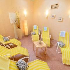 Ruheraum mit Liegestühlenl im Wellnessbereich im JUFA Hotel Nördlingen. Der Ort für kinderfreundlichen und erlebnisreichen Urlaub für die ganze Familie.