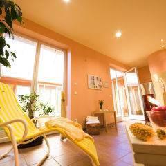 Ruheraum mit Liegestuhl und Kerze im Wellnessbereich im JUFA Hotel Nördlingen. Der Ort für kinderfreundlichen und erlebnisreichen Urlaub für die ganze Familie.