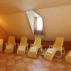 Ruheraum mit Liegestühlen im Wellnessbereich im JUFA Hotel Oberwölz. Der Ort für erholsamen Familienurlaub und einen unvergesslichen Winter- und Wanderurlaub.