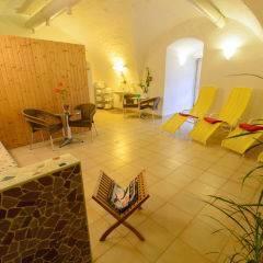 Ruheraum mit Liegestühlen im Wellnessbereich im JUFA Hotel Schloss Röthelstein. Der Ort für märchenhafte Hochzeiten und erfolgreiche und kreative Seminare.