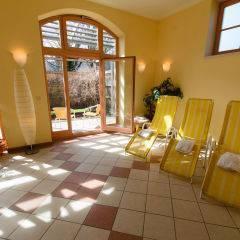 Ruheraum mit Liegestühlen im Wellnessbereich im JUFA Hotel Seckau. Der Ort für erholsamen Familienurlaub und einen unvergesslichen Winter- und Wanderurlaub.